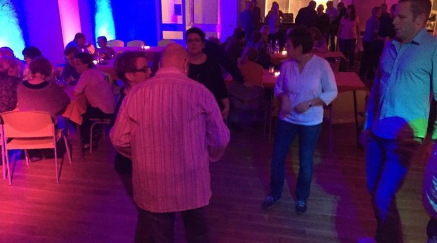 Tanzende Menschen auf einer Party