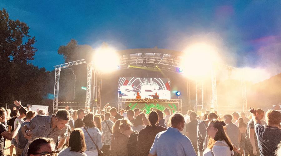 Videotechnik und Beleuchtung auf Festival